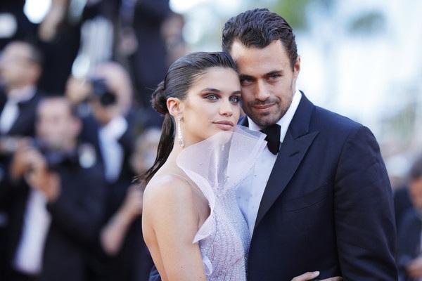 Siêu mẫu Victorias Secret Sara Sampaio đưa bạn trai cùng dự công chiếu phim tại LHP Cannes ngày 20/5 vừa qua