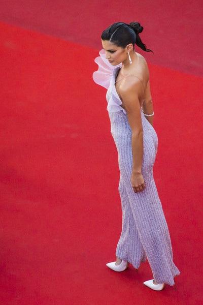 Người đẹp Bồ Đào Nha khoe dáng vóc thanh mảnh và gợi cảm trong trang phục áo liền quần