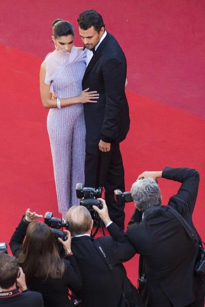 Cặp đôi đẹp tạo dáng tình tứ trước dàn ống kính máy ảnh
