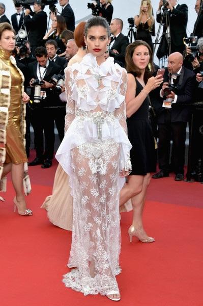 Siêu mẫu Bồ Đào Nha nổi bật trong bộ váy ren lưới táo bạo