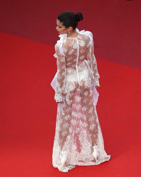 Người đẹp cao 1,73m khoe ba vòng bốc lửa trong trang phục quyến rũ