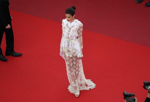 Sara Sampaio hút hồn dự công chiếu phim The Killing Of A Sacred Deer tại Cannes ngày 24/5 vừa qua