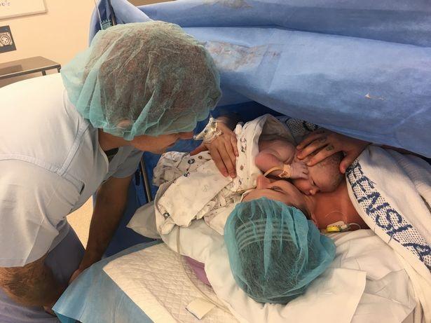 Spencer được ấp ủ ngay trên ngực mẹ.