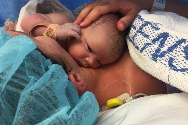 Kỳ diệu khoảnh khắc mẹ tự lôi con ra khỏi tử cung trong phòng sinh - 6