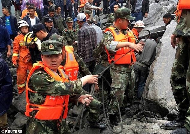 Hơn 140 người nghi bị vùi lấp trong đống đất đá. (Ảnh: Reuters)