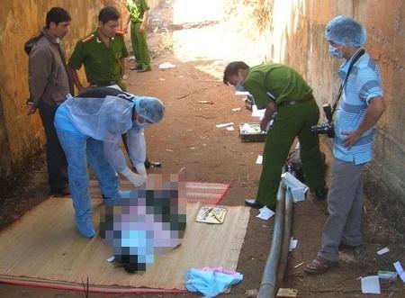 Lực lượng chức năng tiến hành khám nghiệm một vụ án trên địa bàn