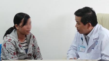 Người mẹ trình bày nguyện vọng được có con, nhờ bác sĩ hỗ trợ điều trị chuyên môn