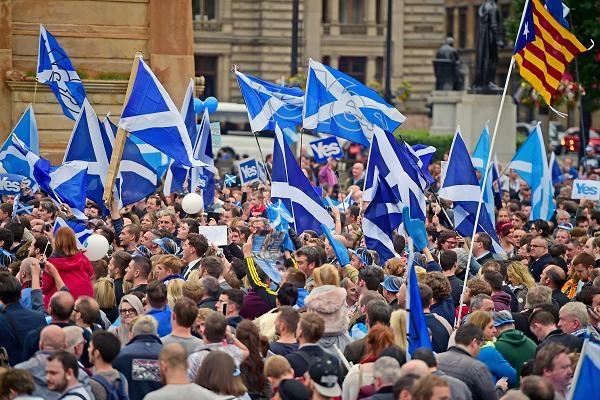 Người dân Scotland tuần hành ủng hộ trưng cầu dân ý giành độc lập (Ảnh: Getty)