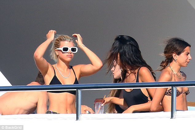 Trên du thuyền sang trọng còn có một nhóm các cô gái khác.