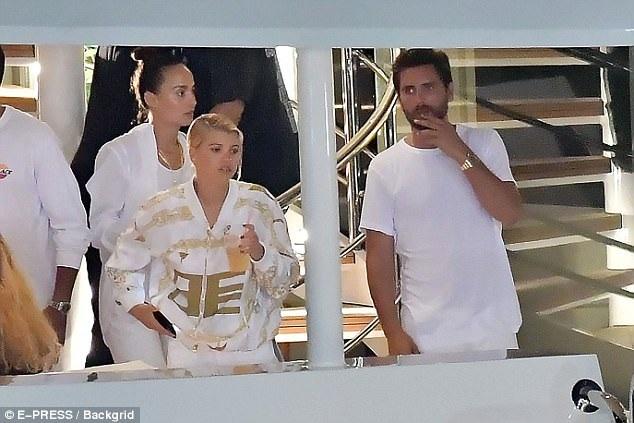 Scott Disick có mặt tại Cannes, Pháp gần một tuần qua. Mỗi ngày, anh lại xuất hiện bên cạnh một cô gái khác nhau và có những cử chỉ tình tứ thân mật. Cô con gái của Lionel Richie là cô gái mới nhất xuất hiện trong danh sách người tình của Scott trong mấy ngày này.