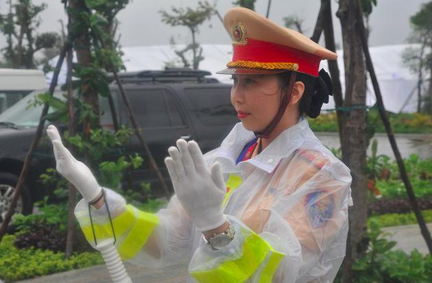 Nữ CSGT làm nhiệm vụ dưới trời mưa bão