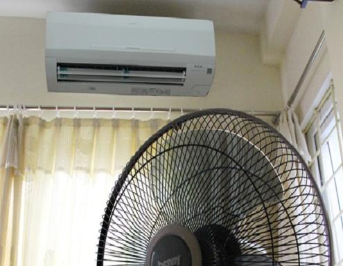 Kết hợp sử dụng quạt trần với điều hòa sẽ tăng hiệu suất làm lạnh và tiết kiệm điện hơn