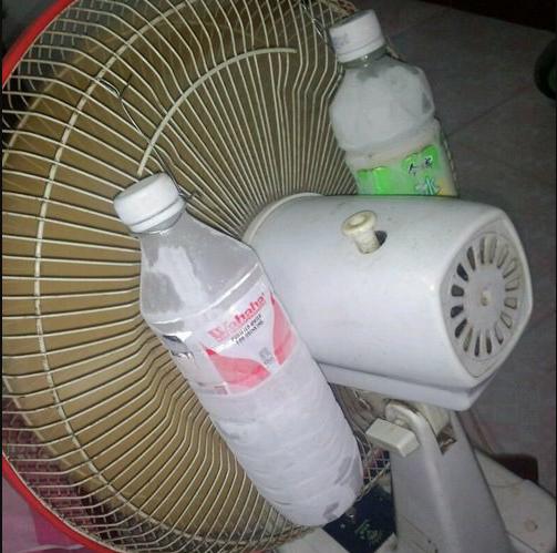 Sử dụng quạt kết hợp chai đựng nước, đựng đá sẽ giúp giải nhiệt hiệu quả, nhưng lại khiến thiết bị điện dễ hỏng hóc.