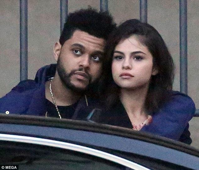 """Chỉ hai tháng trước khi công khai hò hẹn với Selena, The Weeknd còn là bạn trai của siêu mẫu Bella Hadid. Một người bạn của nam ca sĩ trẻ này cho hay: """"Họ đang hạnh phúc bên nhau. Abel đối xử với Selena rất tốt và làm cô ấy hạnh phúc"""". Ngày 16/3 vừa rồi, khi bạn gái đến Toronto, The Weeknd đã bao trọn một rạp chiếu phim để chỉ có hai người nhằm làm vui lòng Selena. Còn về phần mình, sau những chuyện tình trong quá khứ, cô nhận ra rằng, càng ít nói về chuyện cá nhân, cô sẽ chàng hạnh phúc và an toàn hơn."""