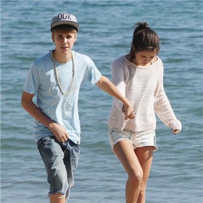 Nhưng có lẽ mối tình dài hơi và phức tạp nhất của cô gái xinh đẹp này là với chàng ca sĩ lắm tài nhiều tai tiếng - Justin Bieber. Hai người bắt đầu hò hẹn từ năm 2011 và tới năm 2013, họ tuyên bố chia tay. Tuy nhiên, suốt từ đó đến nay, cặp đôi đã chia tay rồi tái hợp bao lần khiến người hâm mộ bất ngờ. Justin vẫn luôn dành những lời tốt đẹp khi nhắc đến Selena còn với nữ diễn viên xinh đẹp này, chàng bạn trai lắm tật này là nguồn cảm hứng cho khá nhiều ca khúc tình cảm của cô.