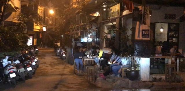 Người dân phản ánh khách uống cafe để xe gây cản trở giao thông.