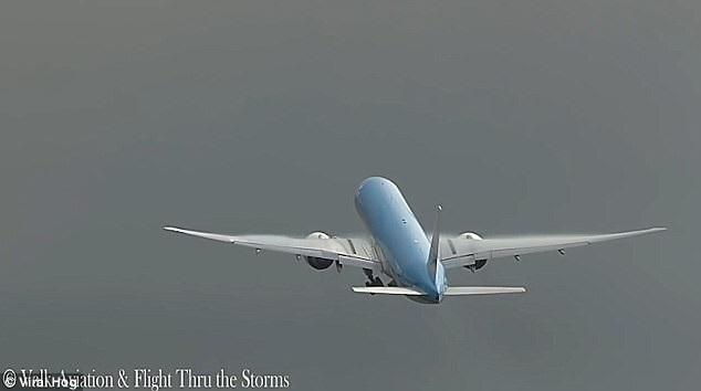 Thót tim với khoảnh khắc máy bay vừa cất cánh đã bị sét đánh chao đảo - 2