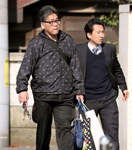 Nghi phạm đã bị cảnh sát giải đi (Ảnh: Asahi)