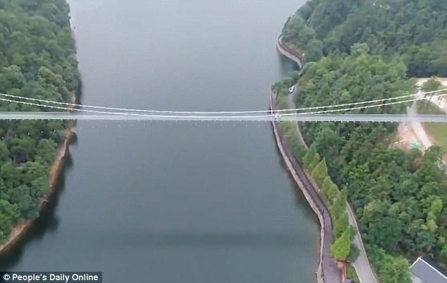 Cầu dài 200m với bề mặt đáy bằng kính chịu lực trong suốt