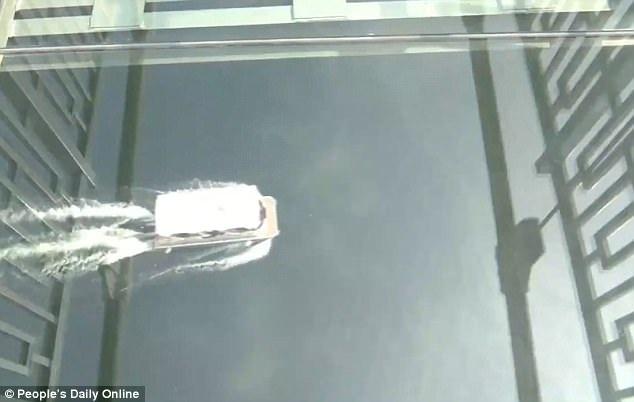 Đứng trên cầu, du khách có thể nhìn xuyên thấu xuống mặt hồ phía dưới chân