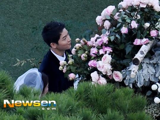 Bên cạnh những giọt nước mắt xúc động là nụ cười mãn nguyện của cả cô dâu và chú rể.