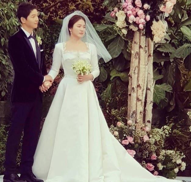 Cô dâu Song Hye Kyo cũng nghẹn ngào trong giây phút trọng đại.