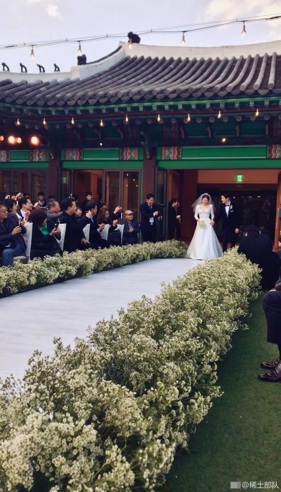 Cô dâu Song Hye Kyo xinh đẹp tiến vào lễ đường chuẩn bị làm lễ, đây là một khoảnh khắc do khách mời ghi lại.