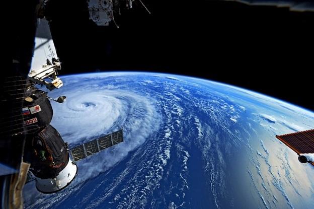 Các phi hành gia và các nhà du hành trên Trạm Vũ trụ Quốc tế ISS đã chia sẻ các bức ảnh về sức mạnh kinh khủng của tự nhiên.