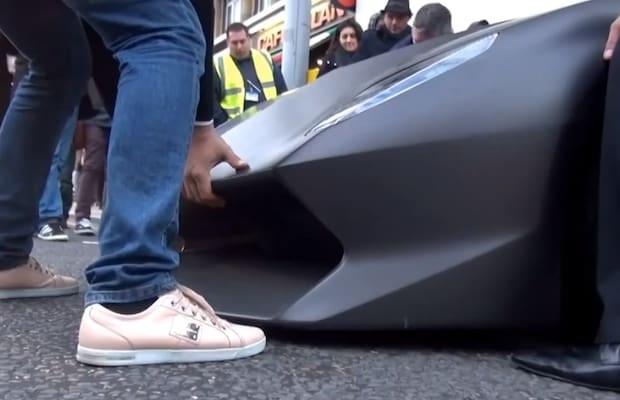 Một chiếc Lamborghini Sesto Elemento thậm chí cần được nâng bằng tay để vỉa hè khỏi phá hỏng mũi xe