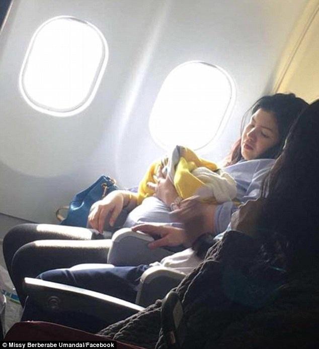 Hai mẹ con sản phụ trên máy bay