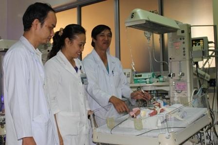 Cháu bé trong quá trình hồi sức tại bệnh viện Nhi Đồng 1