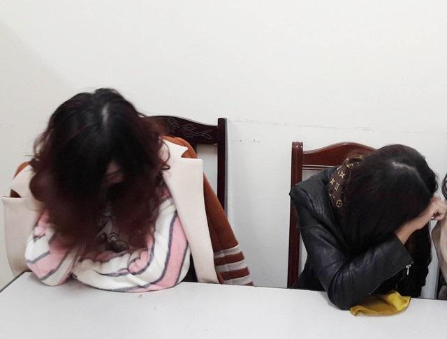 T.T.Q. và N.T.T  bị bắt giữ khi đang thực hiện hành vi bán dâm trong khách sạn. Giá mỗi lần đi khách của 2 chân dài này là 2 triệu đồng.