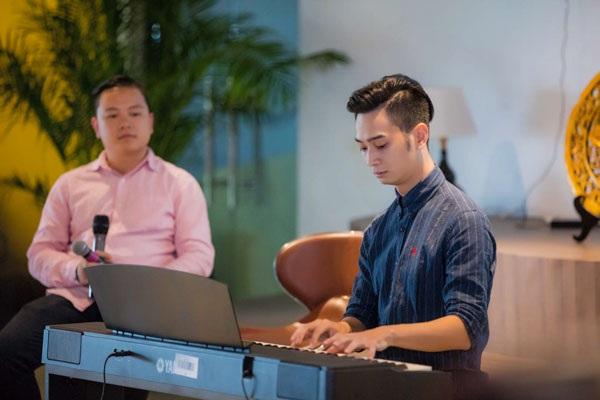 """Slim V là một DJ có tiếng trong làng nhạc Việt. Ngoài DJ, anh còn là một nhà sản xuất âm nhạc, tác giả ca khúc. Đầu năm, nam DJ ra mắt sáng tác """"Bỏ lại thế giới"""" và nhận nhiều phản hồi tích cực."""