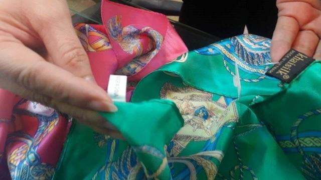 Mặt hàng khăn của Khaisilk bị tố là hàng Trung Quốc gắn mác giả hàng Việt.
