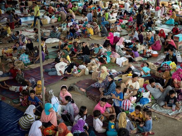Hàng nghìn người dân Marawi phải sơ tán tới khu vực an toàn (Ảnh: AFP)
