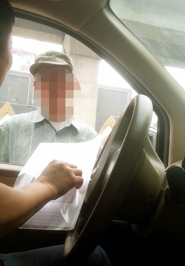 Ông Thủy (ảnh trên) và người đàn ông xe ôm từ chối lấy hộ kết quả vì mặt quá quen thuộc. (Ảnh cắt từ clip)