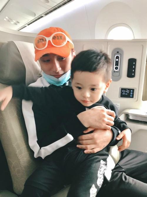 Con trai Trà My Idol được Sơn Tùng MTP bế khi tình cờ đi cùng chuyến bay. Nữ ca sĩ ghi lại hình ảnh cùng dòng trạng thái hào hứng: Gặp chú trên sky luôn.