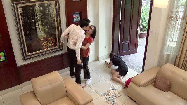 Cảnh bà Phương ngăn con trai sau khi Thanh táng vợ một bạt tai ở tập 23.