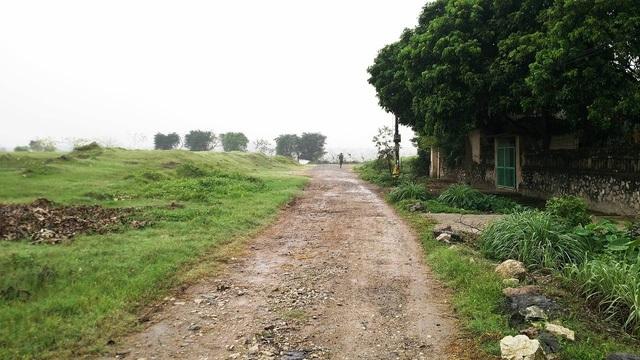 Đường vào thôn Ích Duệ, xã Ninh Nhất nơi có 68 hộ dân đang sống treo 10 năm nay giữa thành phố Ninh Bình.