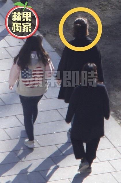Song Hye Kyo và trợ lý có mặt tại khách sạn Shilla, Seoul, nơi tổ chức đám cưới.