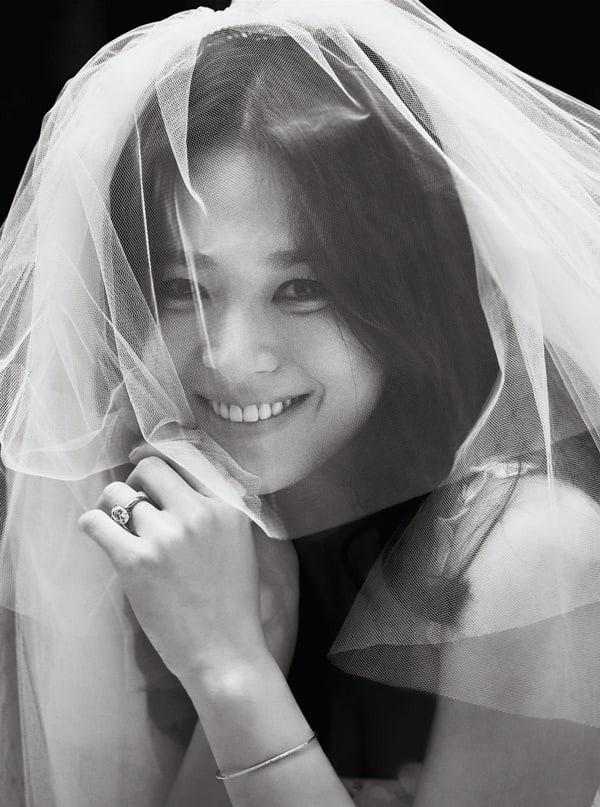 Cô dâu Song Hye Kyo đẹp một cách dịu dàng và cổ điển.