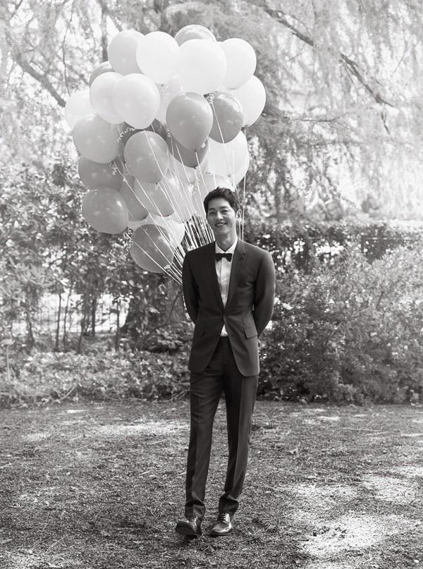 Chú rể Song Joong Ki lúc nào cũng lịch lãm.