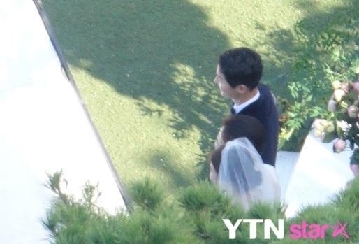 Trước hôn lễ chính thức, cả hai đều hồi hộp chờ đợi.