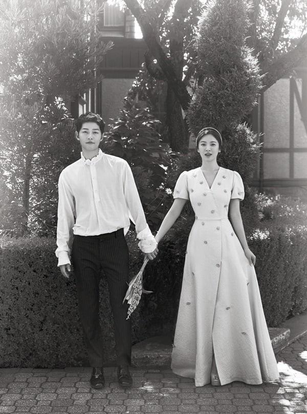 Song Joong Ki và Song Hye Kyo tung một số hình ảnh trong bộ ảnh cưới thực hiện tại nước ngoài sau hôn lễ thế kỷ.