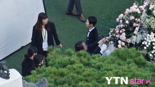 Chú rể Song Joong Ki diện vest đen lịch lãm.