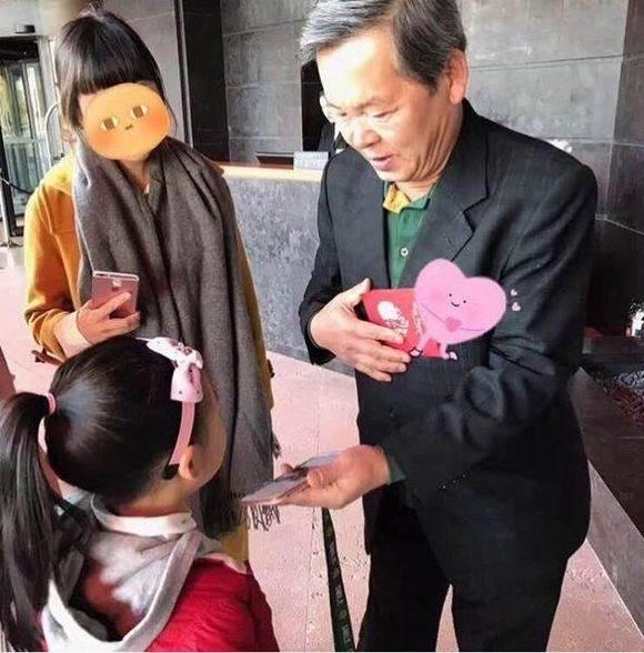 Bố của chú rể Song Joong Ki lọt vào ống kính của fan khi có mặt tại khách sạn Shilla.