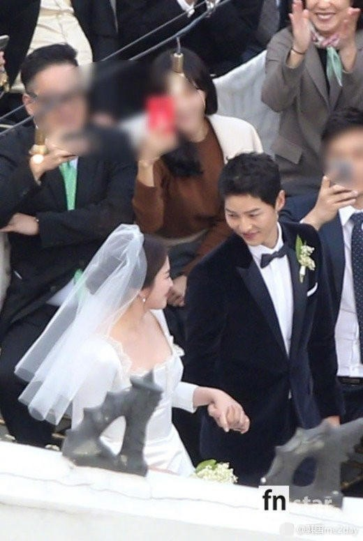 Song Hye Kyo hơn Song Joong Ki 4 tuổi. Cặp đôi bén duyên từ năm 2015, trước khi cùng tham gia bộ phim Hậu duệ Mặt trời.