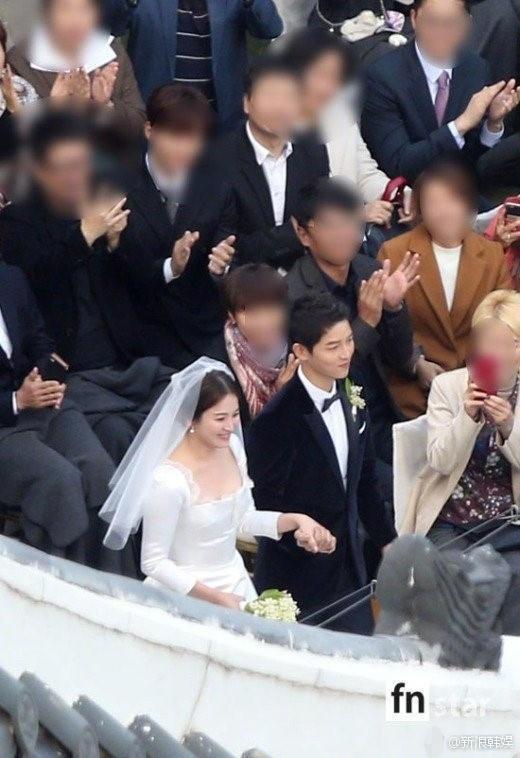 Song Joong Ki nắm tay Song Hye Kyo chuẩn bị tiến vào lễ đường làm lễ.