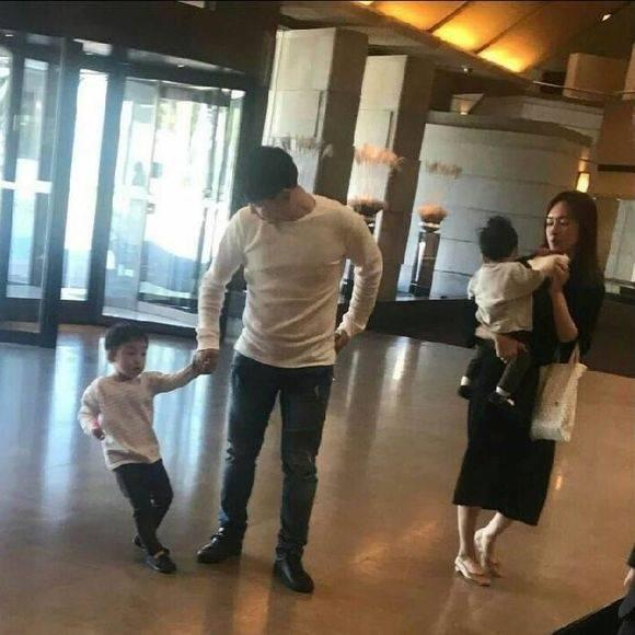 Anh trai của chú rể Song Joog Ki cũng đã sẵn sàng cho hôn lễ của em trai.