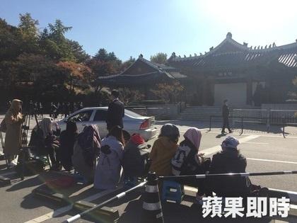 Một nhóm khán giả hâm mộ đang tụ tập để chờ đón hôn lễ của Song Hye Kyo và Song Joong Ki.
